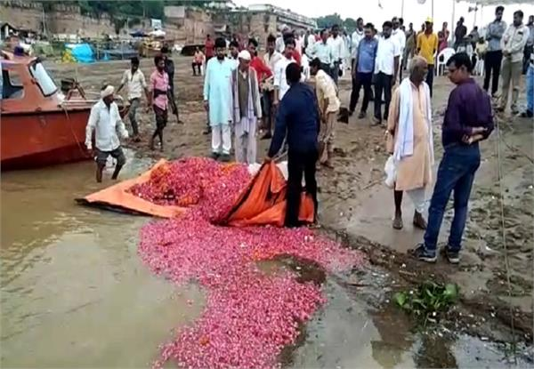 flowers mala and polythene also dissolved in the sangam