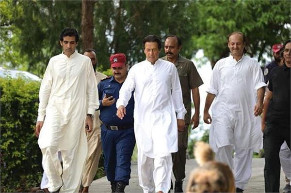imran khan borrows waistcoat from employee for official photo