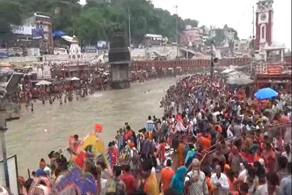 thousands of people reached haridwar at kawad mela