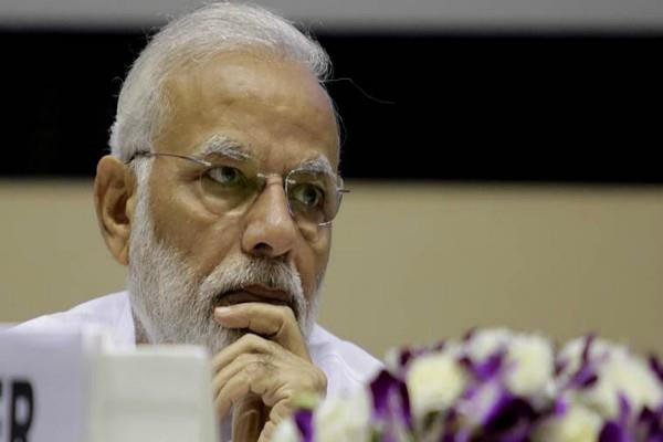 congress target to pm modi on decline in rupee value