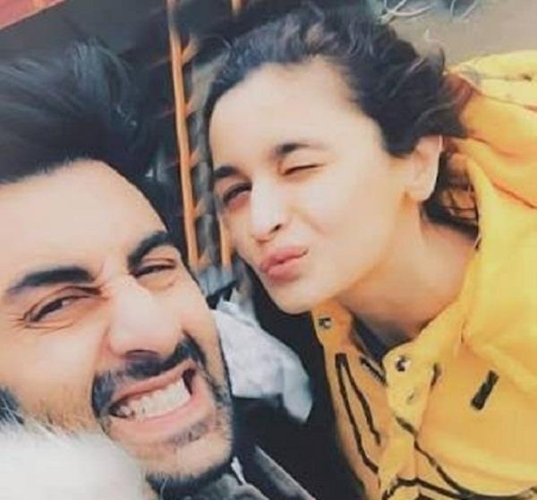 ranbir kapoor and alia bhatt cute selfie