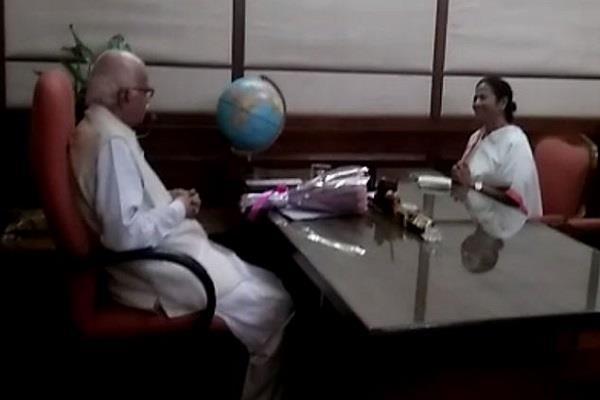 mamata banerjee meets lal krishna advani in parliament