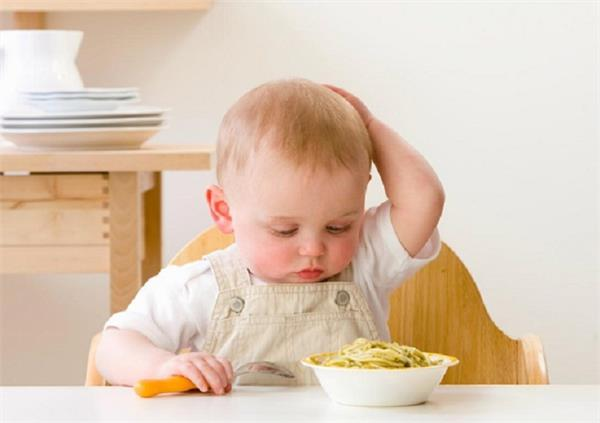 छोटे बच्चे को न खिलाएं ये आहार, पोषण पर दिखेगा असर