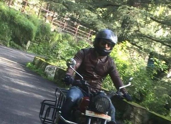 dhoni was driving the bike on the roads of shimla