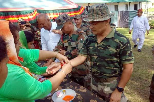 women defense welfare association tied rakhi to soldier on border