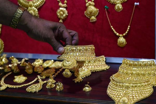 gold prices up by rs 140 silver stables