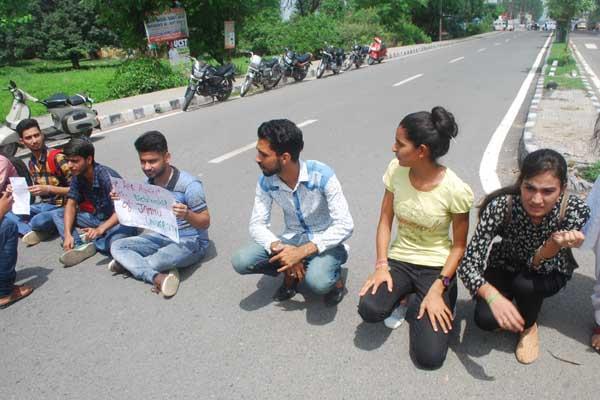 students protest against jammu univeristy