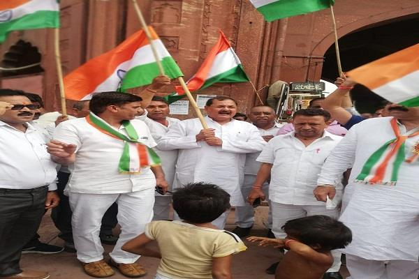bjp leader who came to hoist the forcible tri color at jama masjid