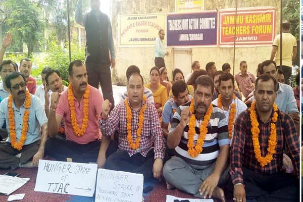 ret teachers protest against govt