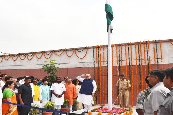 triangle while flag hoisting at bjp headquarters kejriwal did nod
