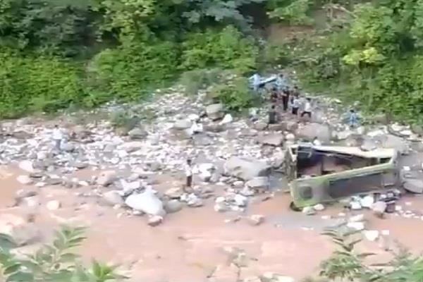 minor bus in jammu and kashmir collapsed 1 killed 20 wounded