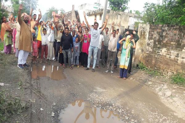 protest against bad condition of roads in kathua