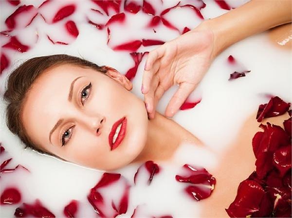 खूबसूरत त्वचा पाने के लिए बेस्ट और प्राचीन नुस्खा है मिल्क बाथ - Nari
