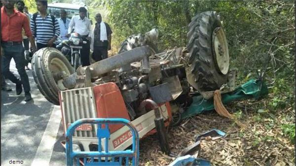 3 dead in bus and truck trawler in moradabad