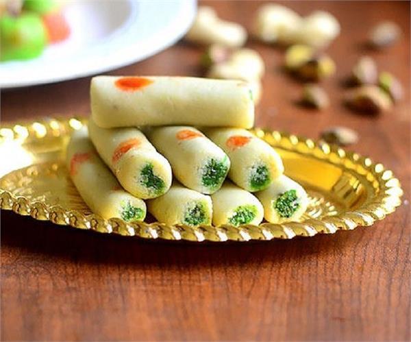 जन्माष्टमी स्पैशल: मीठे में बनाना है कुछ अलग तो ट्राई करें Kaju Pista Roll
