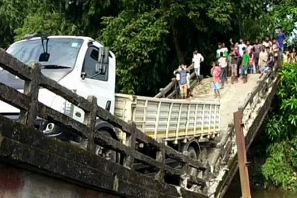 a canal bridge in siliguri phansidewa collapsed in today