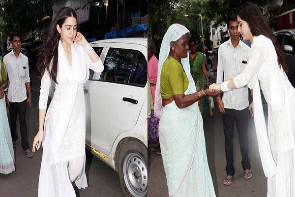 मां अमृता के साथ मुक्तेश्वर मंदिर पहुंचीं सारा,गरीबों की मदद करती की तस्वीरें आईं सामने