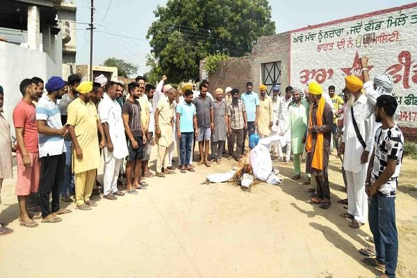 blow the effigies of former chief minister badal and bhandar