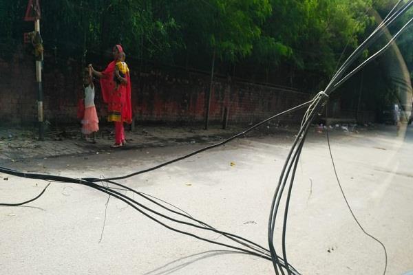 unknown vehicle hit high voltage wires broken jam