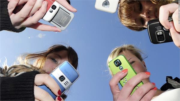 women spend 200 times a day on smartphones