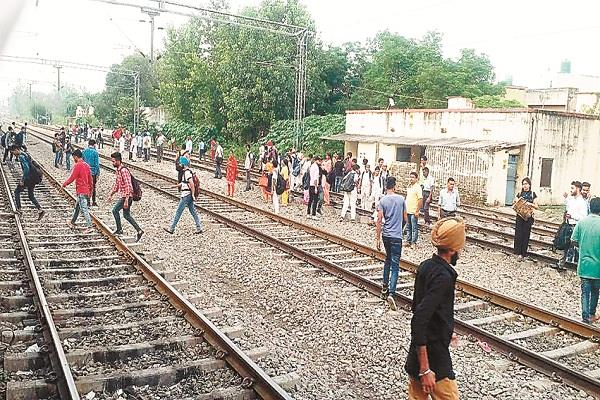 passengers on the railway line cross the risk of life