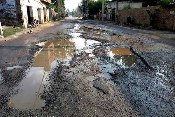 poths lying on bathinda road people upset