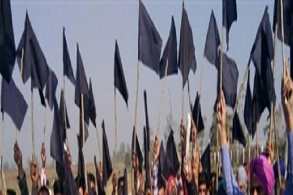 spacces show black flags on the arrival of leaders in the district