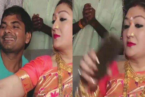 गोविंदा की पत्नी के साथ सेल्फी लेना चाहता था शख्स, सुनीता ने फोन खींच किया कुछ एेसा