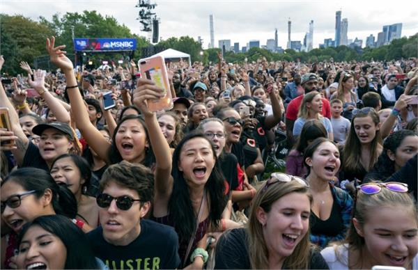 thousands in central park panic after barrier collapse
