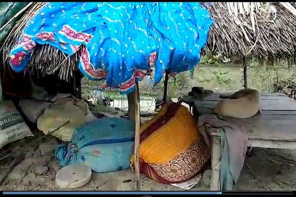 sitapur people affected by floods severely affected forced to put triplets