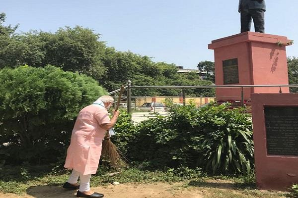 pm modi sweeps and cleans the school