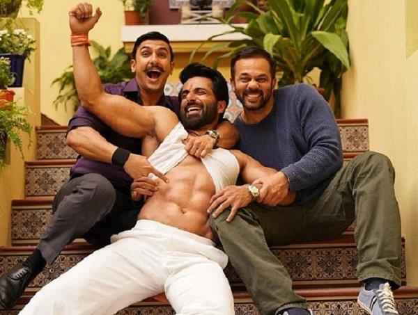 'छेदी सिंह' की बाॅडी से इम्प्रेस हुए रणवीर, टी-शर्ट उठाकर दिखाए एब्स
