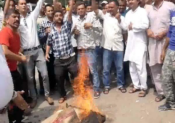 angry people burn effigy of mla rakesh singha in dalit leader murder case