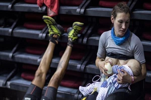runner stopped during the race breast fed breastfeeding photo taken viral