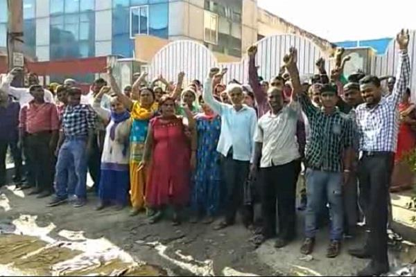 employees locked on the factory gate protested