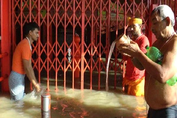 mother ganges made bath on sangam beach