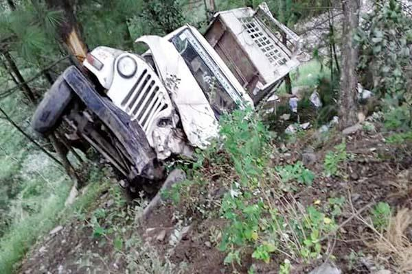 truck pickup jeep fall into ditch drivers survived like this