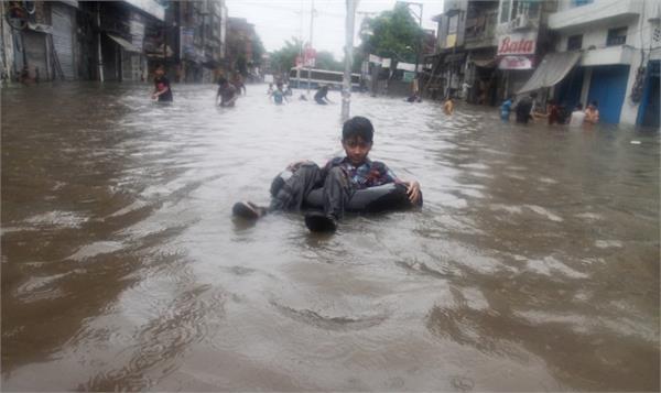 5 people killed in heavy rains in pakistan