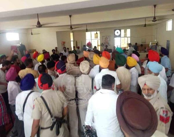 fight with akali and congress workers in the gurdaspur swords and bricks used