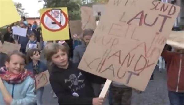 children protest parents excessive use of mobile in german