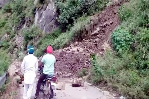 landslide on nainadevi temple road traffic jam for 8 hours