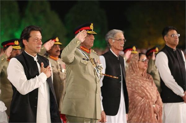 pak government kicks in front of tek fanatics