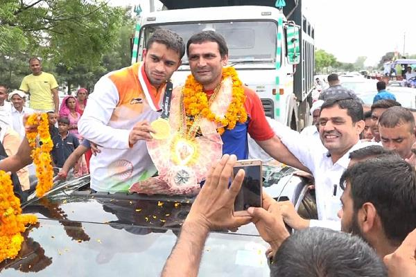 villagers welcomes gold medal winner amit panghal in asian games