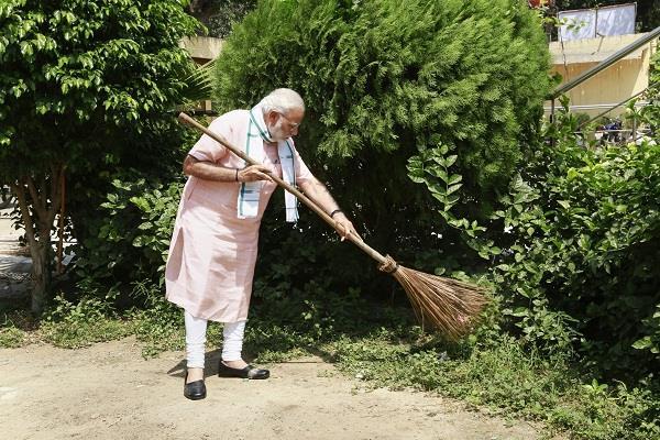 to fight the problem of waste modi praised sri sri ravi shankar