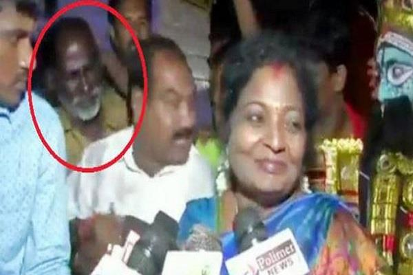 bjp leader hits an auto rickshaw driver who asked petropl price