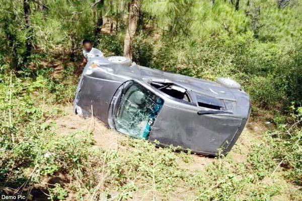 car fall into ditch on kalka shimla nh 2 inujred refer to igmc
