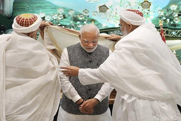 indore tour pm modi odi shawl saumi tahsib reaching saifi mosque