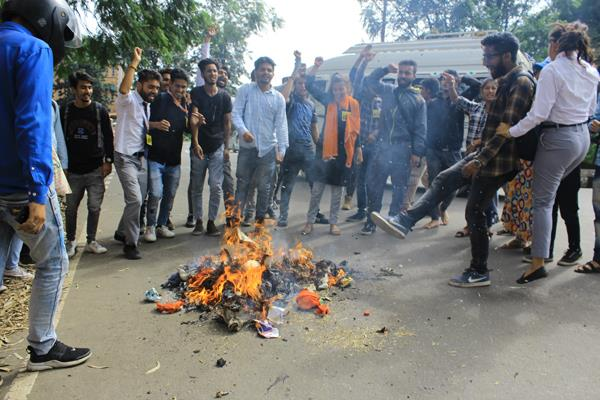 abvp blasts food supply minister s effigy