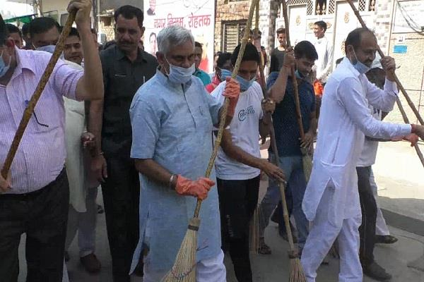 gloves and masks only for minister cleaning campaign