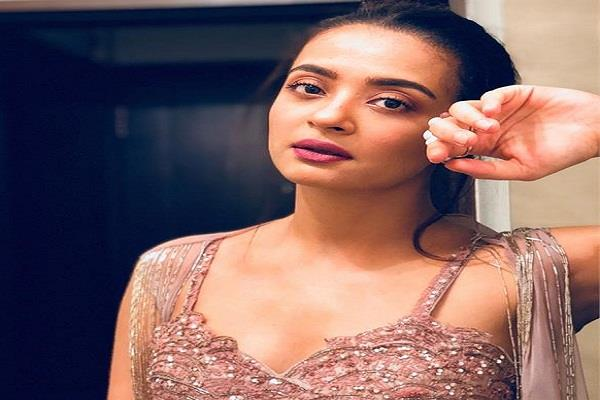 actress surveen gets big relief crime branch clean chit fraud case